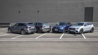 Die AMG-Versionen (aussen) erkennt man am neuen Kühlergrill und vier Auspuffendrohren. Zum Handel kommen die Neulinge im Juli, Plug-in-Hybrid und 6-Zylinder-Diesel folgen später. HO