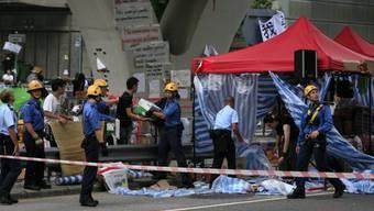 Feuerwehrleute räumen einen Posten der Protestierenden