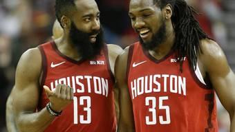 Capela-Ersatz Kenneth Faried (rechts) im Gespräch mit Houstons Superstar James Harden