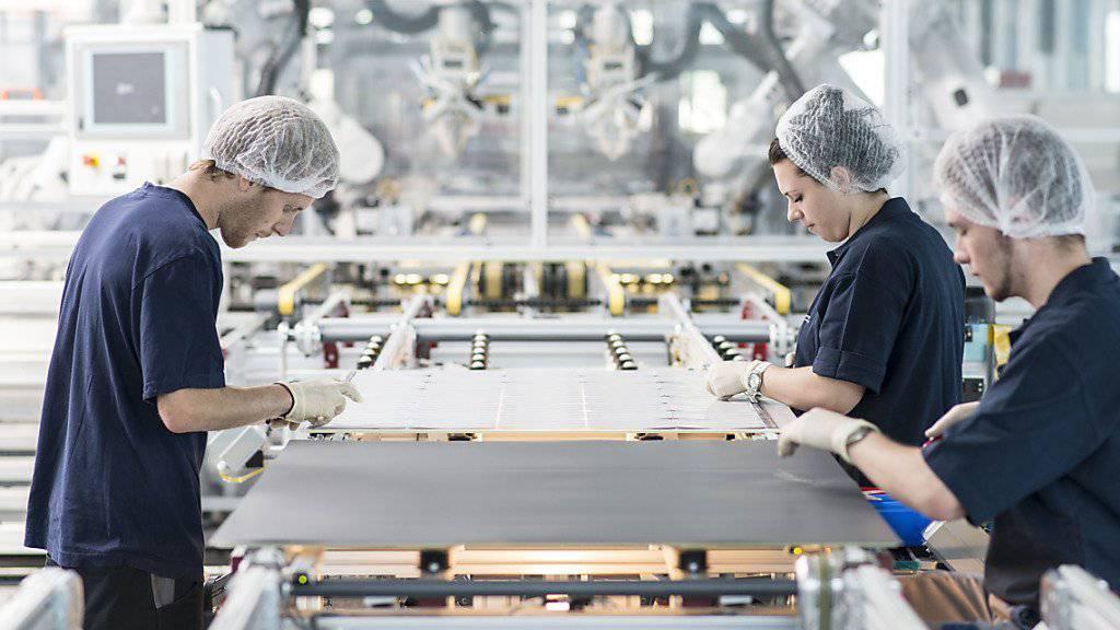 Die Maschinen für Solaranlagen von Meyer Burger sind zunehmend wieder gefragt: Dank höherem Umsatz und mehr Bestellungen sieht sich das Unternehmen wieder auf Kurs. (Archiv)