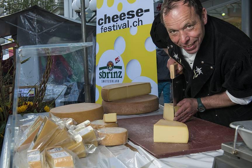 Käser präsentieren ihre Produkte am «cheese-festival».