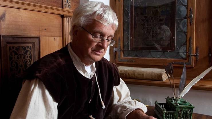 In der Schreibstube der Landvogtei auf Schloss Lenzburg kann man einen Kalligrafen antreffen. pi