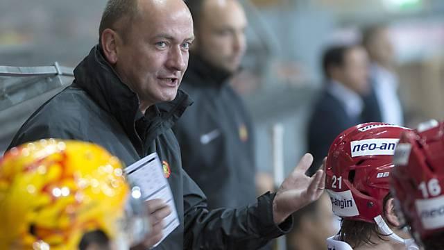 Tigers-Trainer Tomas  Tamfal gibt Anweisungen.