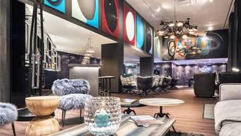 Der Basler Graffiti-Künstler Adrian Falkner alias «Smash 137» hat die Lounge des Motel One gestaltet.