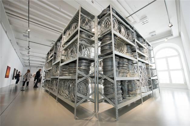 Die Installation «Acropolis Redux» von Kendell Geers aus Stacheldrahtrollen ist perfekt wie beängstigend. Keystone
