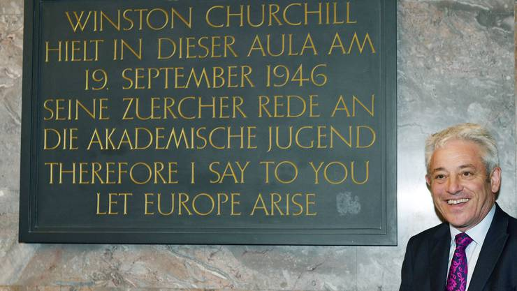 John Bercow posiert neben der Gedenktafel für Winston Churchills Zürcher Rede.