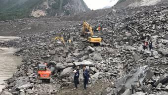 120 Menschen vermitt: Im Südwesten Chinas sind bei einem gigantischen Erdrutsch mindestens 100 Menschen verschüttet worden.