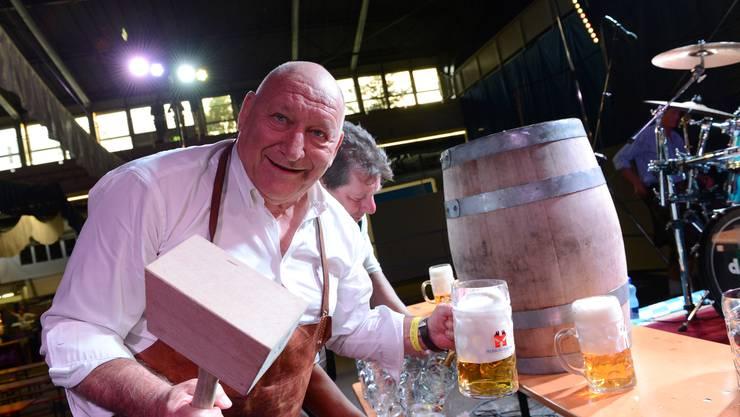 Anlässlich der Eröffnung der Basel-Wiesn sticht FCB-Legende Karl Odermatt das erste Bierfass der diesjährigen Basel-Wiesn an.
