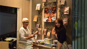 Silvia Zimmerli (links) und Miranda Jenkins zeigen die allesamt herbstlich-orangen Neuerscheinungen der Saison. Cornelia Schlatter