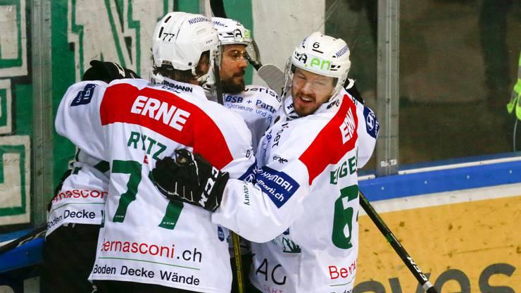 Jewgeni Schirjajew mit Philipp Rytz und Daniel Eigenmann nach der ersten Führung