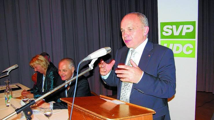 Locker Ueli Maurer, Parteipräsident Rudolf Joder und Landesteil-Präsidentin Béatrice Struchen.
