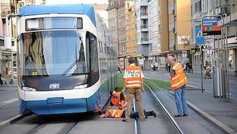 Eine 31-jährige Velofahrerin ist am Mittwoch kurz vor Mittag bei einer Kollision mit einem Tram in Zürich-Oerlikon schwer verletzt worden (Symbolbild).