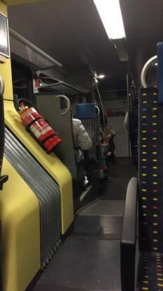 Offenbar hatte die Flirt-Komposition die Fahrleitung herunter gerissen. Die Passagiere durften den Zug nicht verlassen.