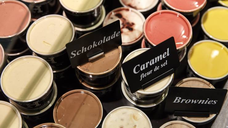 Fein säuberlich aufgereiht: Die selbstgemachten Glace-Sorten der Confiserie Hofer im Kübeli
