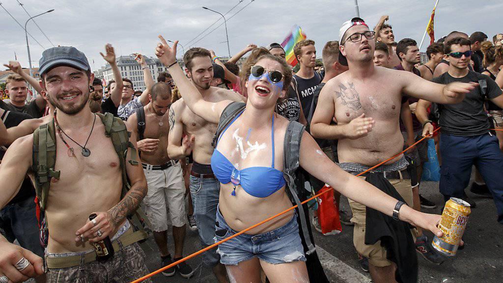 Zehntausende Technofans tanzten am Samstag durch Genf - und trotzten mit knappen Outfits der Hitze.