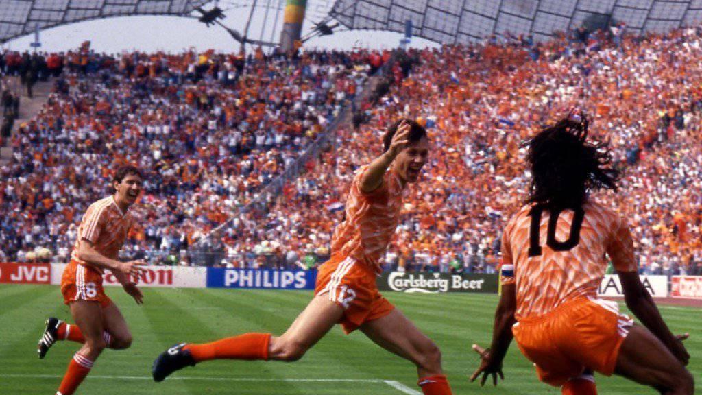 Jubelt nach seinem Traumtor im EM-Final 1988 gegen die Sowjetunion: Marco Van Basten (Bildmitte)
