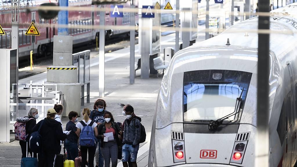 Passagiere auf einem Perron im Bahnhof in München. (Archivbild)
