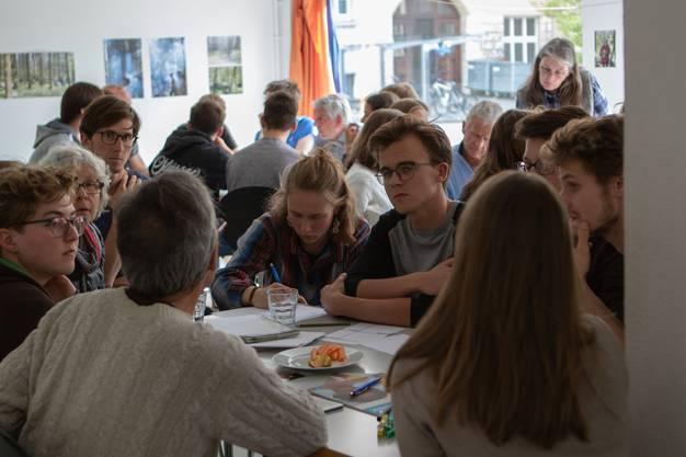 In Gruppen behandelten die rund 70 Teilnehmer der Veranstaltung die Themen: Wohnen, Industrie, Mobilität, öffentlicher Raum, Abfall und Bildung in Olten.