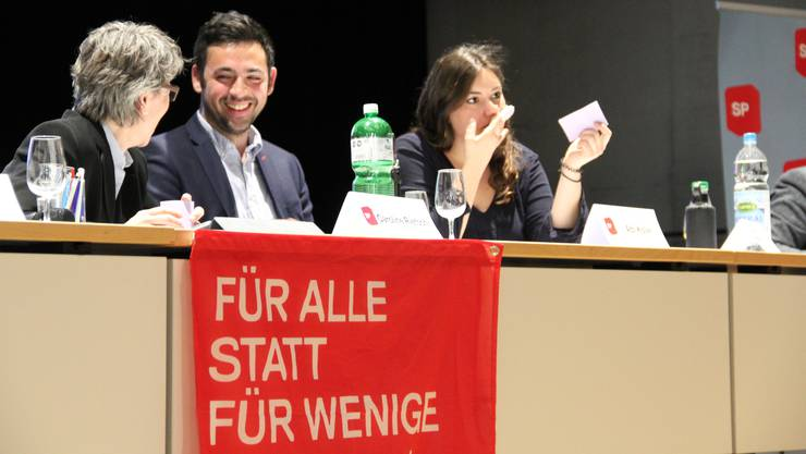 Adil Koller, Präsident SP Baselland, mit den beiden Vizepräsidentinnen Caroline Rietschi (l.) und Samira Marti (r.) an der Geschäftsdelegiertenversammlung der SP im Schulhaus Gartenhof in Allschwil.