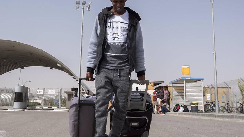 Flüchtlinge sollen nicht mehr in die Nachbarstaaten ihres Heimatlandes reisen dürfen. Die Staatspolitische Kommission des Ständerates (SPK) will das Reiseverbot ausweiten. (Symbolbild)