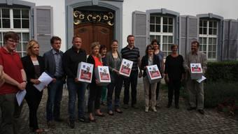 Mitglieder des Referendumskomitees übergeben vor dem Regierungsgebäude der Landeskanzlei die Unterschriften.