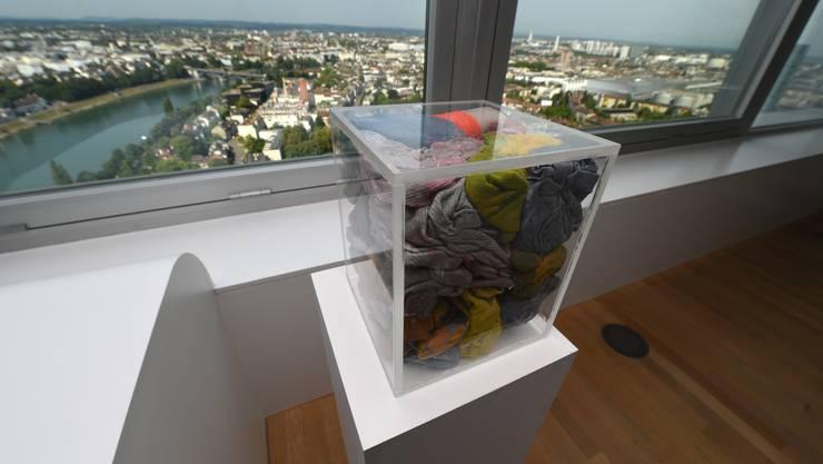Plexiglas-Würfel mit gebrauchten Lappen und Handschuhen von John Beek namens Paint Rag Case Nr. 17, 2007