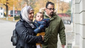 Die Syrerin Suha Alhussein mit ihrem Mann und ihrem jüngsten Sohn gestern vor dem Obergericht. Ennio Leanza/Keystone