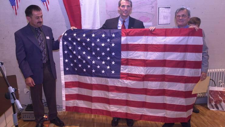 Im Jahr 2002 besuchte Rob Portmann (Mitte) die Gemeinde Herbetswil SO. Der Republikaner überreichte dem damaligen Gemeindepräsidenten Hans Fluri (l.) und dem Bürgergemeindepräsidenten Robert Huber eine amerikanische Flagge, die einst über dem Washingtoner Kapitol wehte.