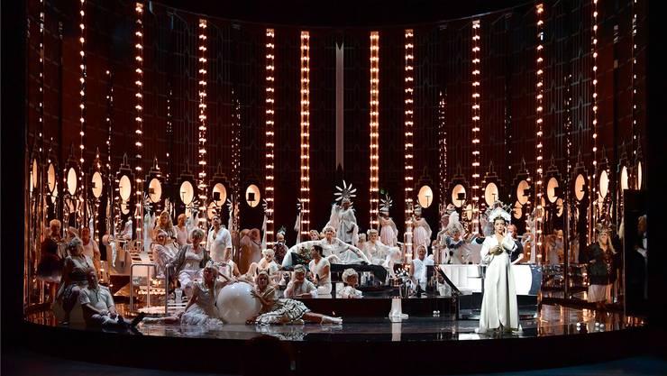 Grossproduktionen wie «La Traviata», hier in der Inszenierung von Daniel Kramer, fordern den Basler Theaterchor heraus. Sandra Then
