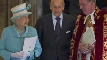 Prinz Philip (Mitte) hat seinen Geburtstag mit einem Gottesdienst gefeiert