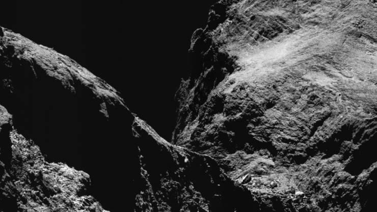 """Damit das Messinstrument ROSINA das Edelgas """"Xenon"""" in den Ausdünstungen von Tschuri messen konnte, flog die Rosetta-Sonde im Mai 2016 während dreier Wochen so nah wie möglich an den Kometen heran."""