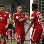 Bayern München freut sich über den ersten Titelgewinn der neuen Saison, links der dreifache Torschütze Robert Lewandowski