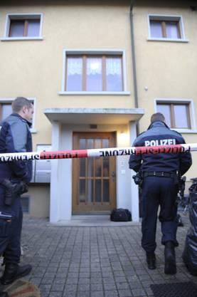 Auch der Hauseingang an der Benedikt-Hugi-Strasse wird durch die Polizei gesichert
