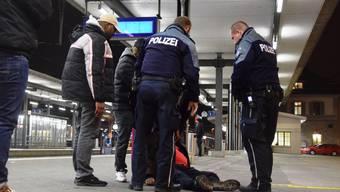 Polizeialltag: Regionalpolizisten kümmern sich in Brugg um eine betrunkene Person. Oft sind auch Aggressionen im Spiel. (Symbolbild)