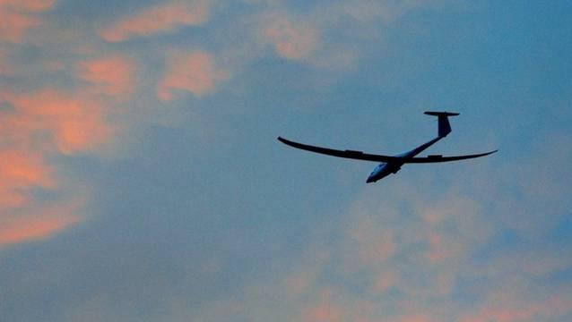Ein Segelflieger hat die Landebahn verpasst. (Symbolbild)