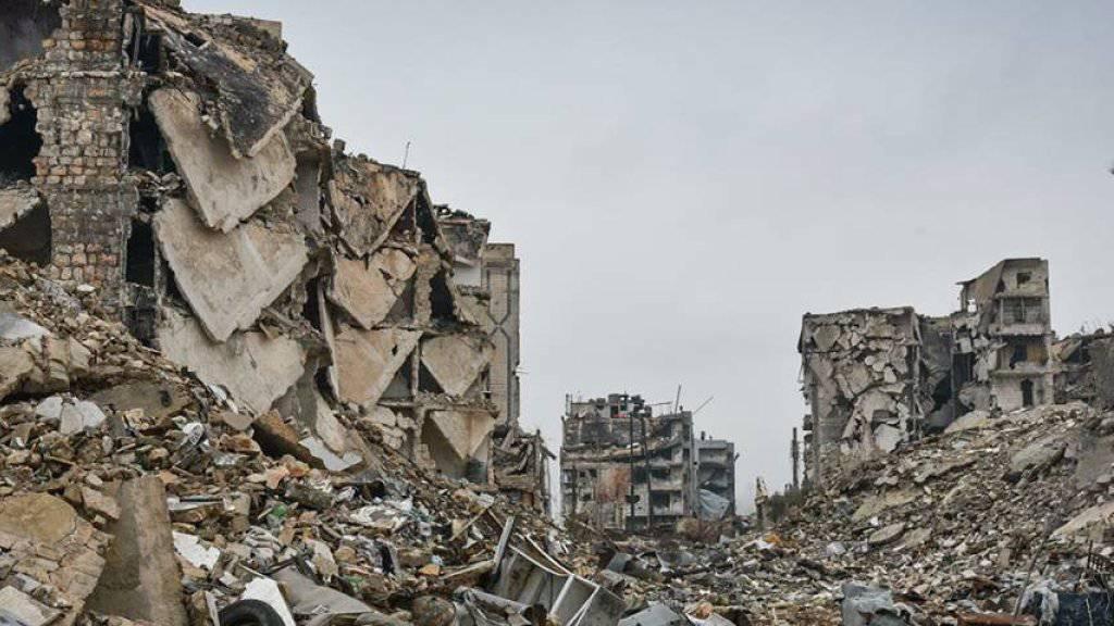 Blick auf schwer beschädigte Gebäude sowie Trümmerberge in Ost-Aleppo