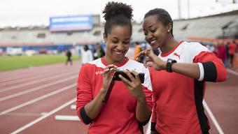 Stellten mit der 4x100-m-Staffel einen Schweizer Rekord auf: Schlussläuferin Salomé Kora und Sarah Atcho