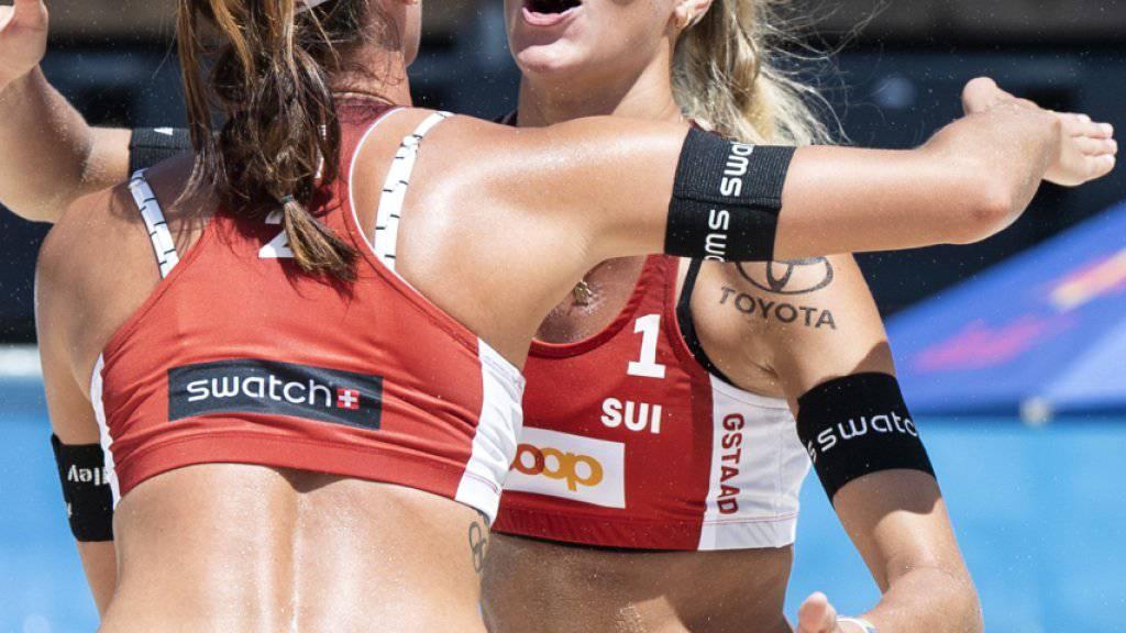 Joana Heidrich (links) und Anouk Vergé-Dépré freuen sich über einen Punktgewinn