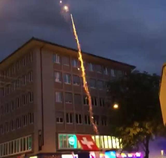 Fans feiern den Schweizer Sieg an der Zürcher Langstrasse