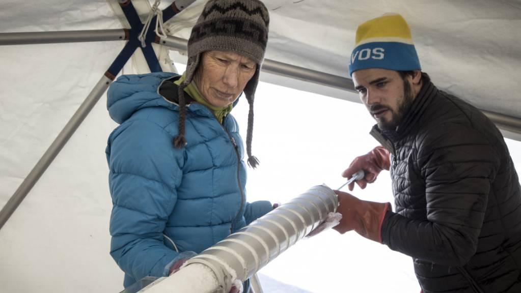 Einige 17 Meter lange Bohrkerne zogen die Forscher aus dem Gletscher des Grand Combins heraus. Das Vorhaben, 80 Meter tief zu bohren, scheiterte.
