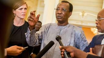 Tschads Präsident Idriss Déby Itno, hier mit der UNO-Botschafterin der USA, Samantha Power, ist nach 26 an der Macht für eine weitere Amtszeit bestätigt worden. (Archivbild)
