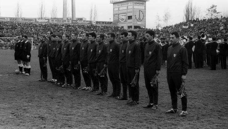 Die Mannschaft des FC Sion stellt sich 1965 vor dem Cupfinal gegen Servette auf. Der FC Sion gewinnt den Final 2:1 und wird Cupsieger.