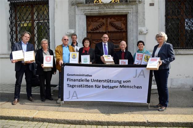 Das Komitee um Präsident Urs Hufschmid (mit Krawatte) will, dass die öffentliche Hand künftig auch Senioren-Tagesstätten unterstützt.