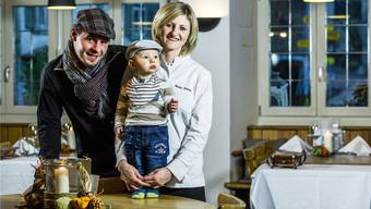 Nach Engagements im In- und Ausland bleiben sie erst mal in Mandach sesshaft: Nadja Schuler und Stephane Wirth mit Sohn Even im «Hirschen» in Villigen.