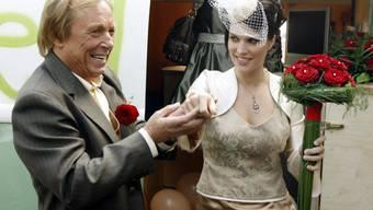 """Claus Theo Gärtner und seine Schweizer Frau Sarah Würgler 2008 auf ihrer Hochzeit in Winterthur. Inzwischen hat sie seine Biografie verfasst. Mit jeder Menge Anekdoten. """"Aber nicht allen"""", sagt der Schauspieler, """"das wäre sonst eine Enzyklopädie geworden"""". (Archivbild)"""