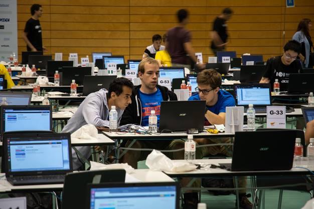In der Wettbewerbshalle: Bibin Muttappillil, Benjamin Schmid (Begleiter) und Joël Mathys (Begleiter).