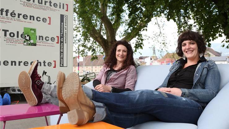 Nach dem arbeitsintensiven Projekt lassen Eva Gauch (l.) und Barbara Kläsi auch mal die Seele baumeln.
