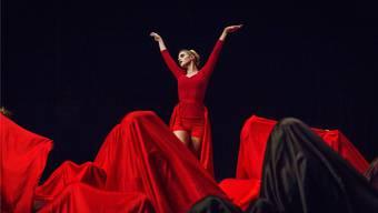 Mit ihrer beeindruckenden Tuch-Choreografie überzeugte die Gruppe kEinstein der Alten Kanti Aarau die Jury. Chris Iseli