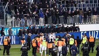 GC-Spieler stehen vor GC Hooligans nach dem Spielabbruch im Fussball Meisterschaftsspiel der Super League zwischen dem FC Luzern und dem Grasshopper Club Zürich in Luzern.