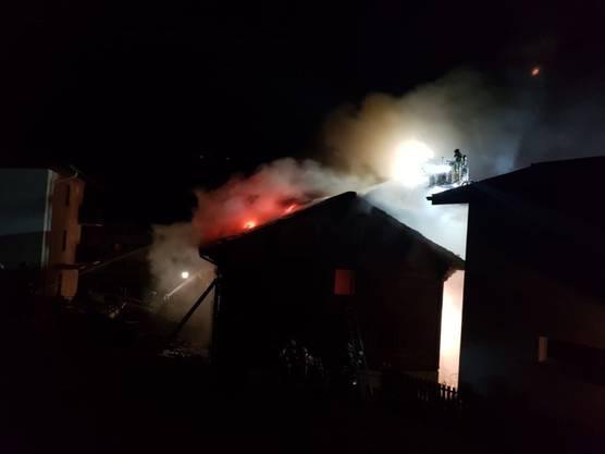 Bei einem Hausbrand in Visperterminen VS ist am späten Samstagabend eine Person ums Leben gekommen. Zwei weitere erlitten Rauchvergiftungen. Das Haus brannte nieder.